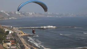 Een glijscherm bij miraflores in Lima, Peru stock videobeelden