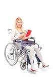 Een glimlachend jong meisje in een rolstoel royalty-vrije stock fotografie