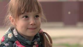 Een glimlachend meisje stock video