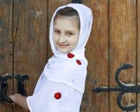 Een glimlachend Meisje dat de Deur opent Stock Afbeelding