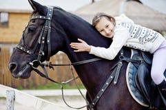 Een glimlachend Meisje dat Horseneck omhelst Stock Foto's