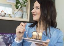 Een glimlachend meisje houdt een plaat met een cake royalty-vrije stock foto