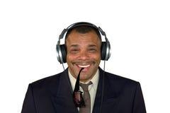 Een glimlachende Afrikaans-Amerikaanse mens met hoofdtelefoons Royalty-vrije Stock Afbeeldingen