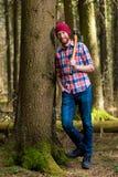 Een glimlachende houtvester met bijl het rusten royalty-vrije stock afbeeldingen