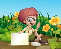 Een glimlachende jonge jongen dichtbij de bloemen die een leeg uithangbord houden royalty-vrije illustratie