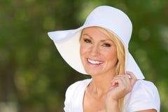 Een glimlachende Jonge Vrouw buiten Royalty-vrije Stock Afbeelding