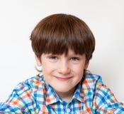 Een glimlachende jongen ongeveer zes jaar Stock Foto