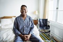 Een glimlachende mens in bed royalty-vrije stock afbeelding
