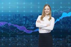 Een glimlachende mooie handelaar en forex grafiek Een concept rijke portefeuillemanager Stock Afbeeldingen