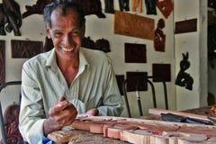 Een glimlachende timmerman die bij zijn eigen winkel naast Lankatilaka Vihara werken Stock Afbeeldingen