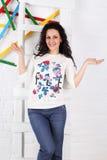 Een glimlachende vrouw die zich op de treden bevinden studio Royalty-vrije Stock Foto's