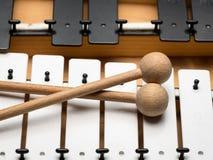 Een Glockenspiel met zwart-witte sleutels en houten houten hamers Royalty-vrije Stock Afbeeldingen
