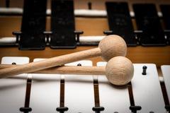 Een Glockenspiel met zwart-witte sleutels en houten houten hamers Stock Foto's