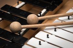 Een Glockenspiel met zwart-witte sleutels en houten houten hamers Stock Afbeeldingen
