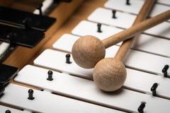 Een Glockenspiel met zwart-witte sleutels en houten houten hamers Royalty-vrije Stock Afbeelding