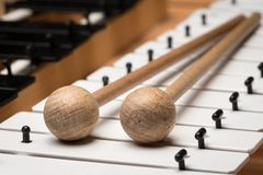 Een Glockenspiel met zwart-witte sleutels en houten houten hamers Royalty-vrije Stock Foto