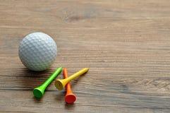 Een golfbal met T-stuk ` s royalty-vrije stock fotografie