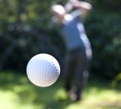 Een golfbal tijdens de vlucht Royalty-vrije Stock Afbeeldingen