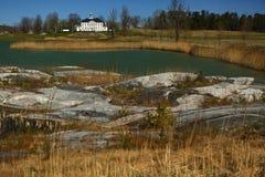 Een golfcursus met wegen, bunkers en vijvers en met stenen stock afbeelding