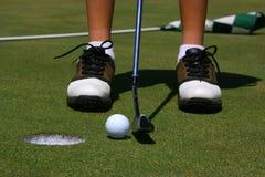Een golfspeler ongeveer aan put Stock Foto