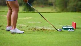 Een Golfspelerpratice om golfbal aan gat te duwen royalty-vrije stock foto's