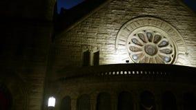 Een Gotische kerk bij nacht met het mooie cirkelvenster van het vlekglas stock video