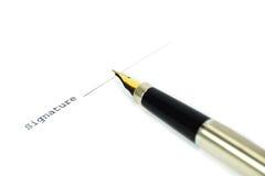 Een goud nibbed pen en een document Royalty-vrije Stock Foto's
