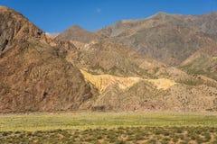 Een gouden die heuvel in de Chileense Andes wordt geplaatst royalty-vrije stock afbeeldingen