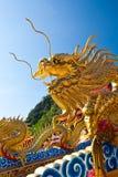 Een gouden draakstandbeeld Stock Afbeeldingen