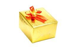 Een gouden giftdoos met rode lintboog op witte achtergrond, Vrolijk C Stock Afbeelding