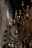 Een gouden kroonluchter binnen een kerk Stock Foto's