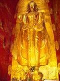 een gouden standbeeld in een tempel in Vietnam stock foto's