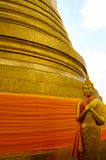Een gouden standbeeld van Boedha. Stock Afbeeldingen