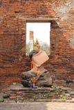 Een gouden standbeeld van Boedha werd gezet op een onthoofd standbeeld in het hoofdgebouw van Wat Phra Si Sanphet in Ayutthaya (T Stock Afbeeldingen