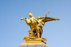 Een gouden standbeeld van een engel en een paard in Parijs. stock afbeelding