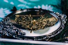 Een gouden tegenhanger rond de hals maakte in de vorm van een hert met hoornen royalty-vrije stock afbeelding