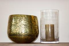 Een gouden vaas met windlicht stock foto