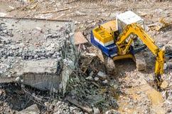 Een graafwerktuig die bij vernielingsplaats werken Royalty-vrije Stock Foto's