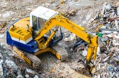 Een graafwerktuig die bij vernielingsplaats werken Stock Afbeelding