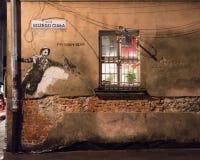 Een graffiti bij het bardistrict van de stad van Krakau in Polen in Juli 2018 bij nacht stock fotografie