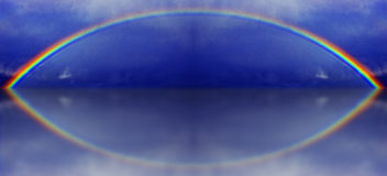 Een grafische illustratie van een regenboog met waterbezinning Stock Afbeelding