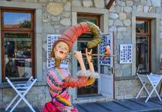 Een grappig beeldverhaalstandbeeld bij lokaal restaurant stock fotografie