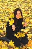 Een grappig jong aantrekkelijk meisje heeft pret en het voor de gek houden rond in een de herfstpark Vrolijke emoties, de herfsts Royalty-vrije Stock Foto