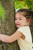 Een grappig vier-jaar-oud meisje met donkere ogen en een vlechtkapsel Royalty-vrije Stock Foto