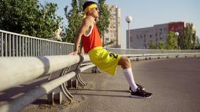 Een grappige, dunne mens maakt een opwarming vóór jogging stock videobeelden