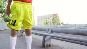 Een grappige, dunne mens maakt een opwarming vóór jogging stock video
