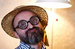 Een grappige komische mens in de hoed Royalty-vrije Stock Foto