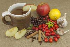 Een griepepidemie Traditionele huisbehandeling voor koude en griep Rozebottelthee, honing en citrusvrucht Stock Afbeeldingen