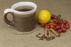 Een griepepidemie Traditionele huisbehandeling voor koude en griep Rozebottelthee, honing en citrusvrucht Stock Fotografie