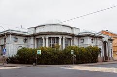 Een grijs gebouw met kolommen royalty-vrije stock foto's
